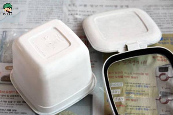 手工制作图解  3、用钉子加热后在盒盖的中间打一个小圆孔,大小根据时针的厚度而定 4、在盒盖的周围一圈画出红色的格子装饰画,并在绘制时针的点数,第12号,3,6,9号其它的用数字用黑点代替  塑料盒酸奶瓶